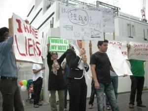 イラン大使館前で抗議の声を上げる在日イラン人たち。一応大使館員たちもオモテに出て軽く対応。