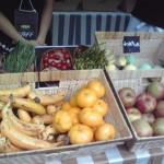 ホンモノのフルーツの間によく見ると、バスボムが。果物は材料になっていました。