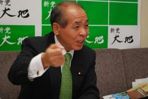 外務官僚とのつきあい方について語る鈴木宗男さん。(衆議院第1議員会館の事務所)