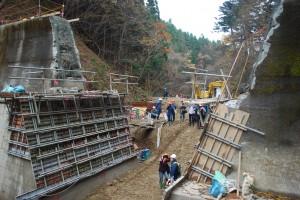 ダム中央部を基礎部分を含めて取り除き、沢水が自由に流れるようにしている。