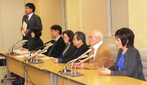 三月一五日、東京都庁で開かれた反対記者会見には里中満智子、ちばてつや、永井豪、竹宮恵子の各氏(右から)など著名漫画家が出席した。(撮影/平井康嗣・編集部)