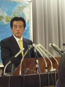 2010年1月7日、記者会見への参加者拡大を表明する岡田克也・外務大臣。