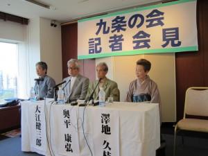 「九条の会」の記者会見。左から小森陽一、大江健三郎、奥平康弘、澤地久枝の各氏。(撮影/赤岩友香)