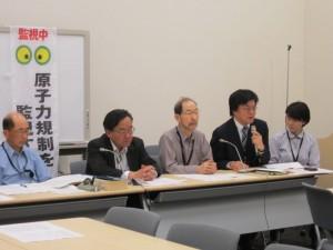 新規制基準の問題点を指摘する「原子力規制を監視する市民の会」のメンバーら。(撮影/赤岩友香)