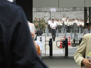 佐藤正久参議院議員候補の演説を聞く勤務中と思われる自衛隊員ら。(撮影/三宅勝久)
