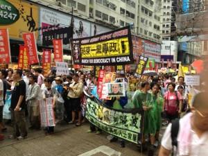 「香港の民主社会を守れ」などの横断幕を掲げる市民=香港セントラルで。(提供/楢橋里彩)