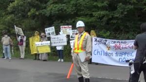鮫川村の仮設焼却炉運転に抗議する住民ら。(写真/おしどりマコ・ケン)