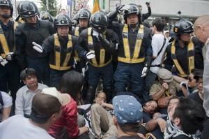 排外主義デモに抗議に来たカウンターデモのメンバーが、機動隊に囲まれる。(撮影/武馬伶子)