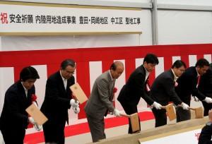 鍬入れ式には環境を掲げ当選した大村秀章知事(右から2人目)も参加。(撮影/横田一)
