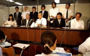 会見で勝利宣言を行なう原告ら(前列右から4人)と中野和子弁護士(左端)。(撮影/渡辺仁)