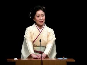 「腹が裂け、腸が垂れ、眼球が飛び出し顔に垂れている」。講談中の神田さん。(撮影/編集部)