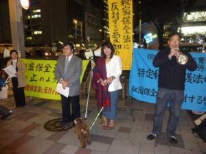 「秘密保全法に反対する愛知の会」による、名古屋市内での夜の宣伝活動。トランペットも繰り出し、同会共同代表の中谷雄二弁護士が熱弁をふるった=14日。(提供/同会)