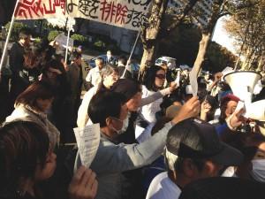 「傍聴させろ!」。当選券を掲げて抗議する被告本人と支持者ら。(撮影/片岡伸行・編集部)