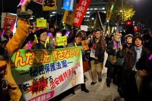 二日夜、参議院議員会館前で開かれた秘密保護法反対集会。(撮影/成澤宗男・編集部)