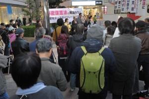 東京都内で13日に行なわれた、超党派国会議員による「秘密保護法に異議あり!」の街頭リレートーク。マイクを握っているのは、日本共産党の穀田恵二衆議院議員。(撮影/島崎ろでぃ)