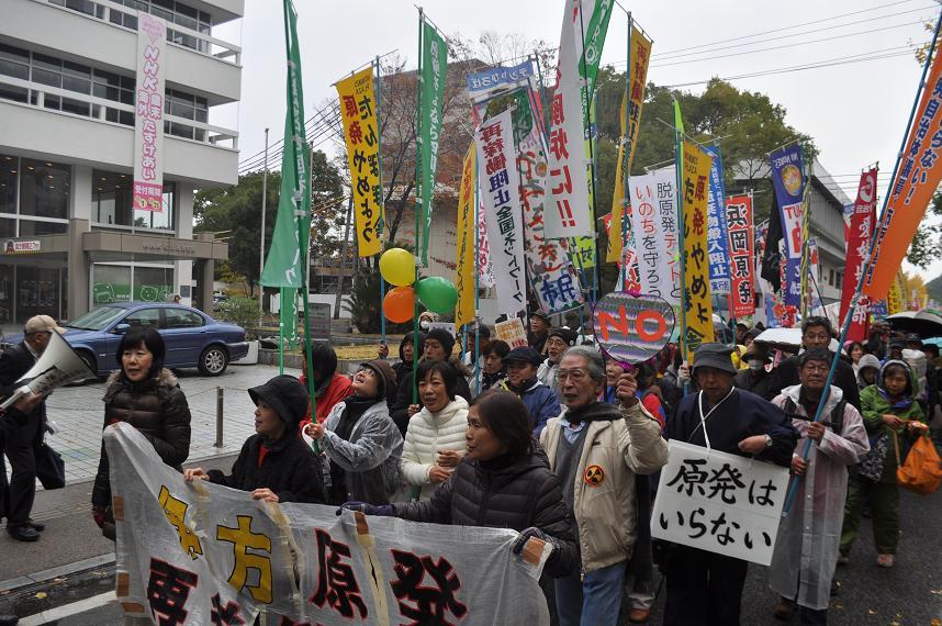 パレードには、全国の原発現地で反対を続けている人たちが数多く参加、再稼働反対を訴えた。