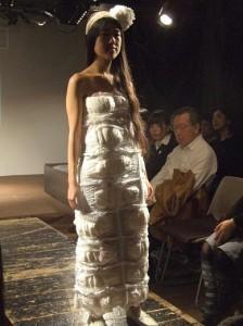 おむつで作ったウェディングドレスと髪飾り。ケア労働が女性の役割とされていることを表している。(撮影/宮本有紀)