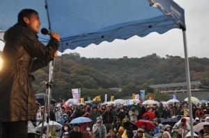時雨が混じるあいにくの天候だったが帰る人はほとんどいない。左は山本太郎参議院議員。