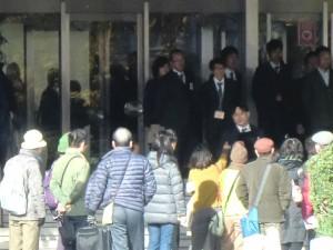 大阪地裁の正面玄関で、有罪判決に抗議する支援者ら。(撮影/真野きみえ)