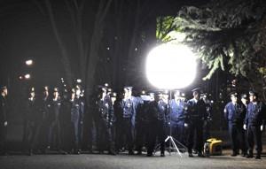 「強制排除」に集まった警官隊=2013年12月29日午後10時半。(撮影/楡原民佳)
