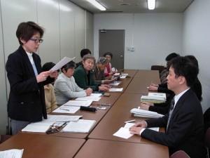 厚労省に申し入れるグリーンピースや反農薬東京グループなど(左)。(撮影/グリーンピース)