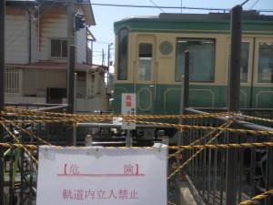 強行工事で閉鎖された江ノ電稲村ヶ崎駅付近の線路横断路。(撮影/きゆなはれる)
