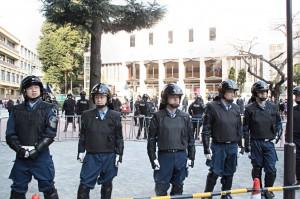 東京・豊島公会堂前を封鎖し、警備する警視庁の職員ら。(撮影/渡部睦美)