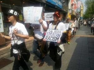 韓国・ソウルの中心部で、差別反対のパレードをするデモ隊一行。(提供/桜井信栄)