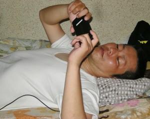 後遺症の痛みで一日の大半を横になって過ごす池田頼将さん。(撮影/たどころあきはる)