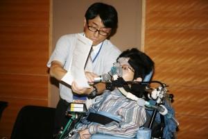 人工呼吸器使用者の「自己負担ゼロ」を訴える保田広輝さん。(撮影/越膳綾子)