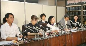 「吉田調書」などの情報公開を請求したと報告する脱原発訴訟の原告団代表ら。(撮影/小石勝朗)