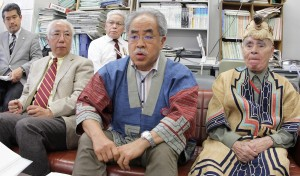 「大学には責任を取ってほしい」と訴える差間正樹さん(前列中央)ほか。(撮影/平田剛士)