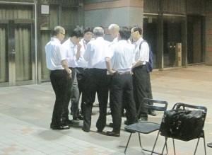 国立競技場(東京都)軒下で野宿者への工事説明の打合せをするJSC職員。(撮影/小川てつオ)