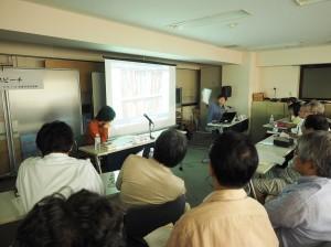 加藤直樹氏による講演の様子。日本と韓国の書店棚の比較などを行なった。(写真提供/出版労連)
