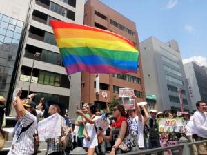 LGBT(セクシャル・マイノリティ)のシンボルでもあるレインボー・フラッグを持って行進する人々。(撮影/松岡瑛理)