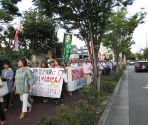 市民による抗議活動。高級住宅地に珍しいデモ行進も実施された。(撮影/たどころあきはる)