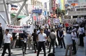在特会のスピーチに対してカウンター勢が一斉に「帰れ!」コールを始めた。千葉駅前にて。(撮影/本誌取材班)