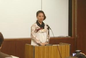 第一回口頭弁論後に開かれた支援集会で決意を述べる李信恵さん=10月7日。(撮影/平野次郎)