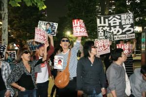 山谷大臣の辞任を求めて総務省前に集まったデモ参加者=29日夜。(撮影/斉藤円華)