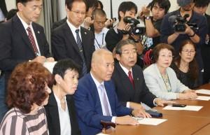 厚生労働省の担当者と大臣の謝罪などを求めて交渉する原告=10月9日。(撮影/永尾俊彦)