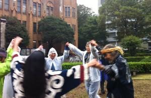 東京大学内で伝統舞踊により先祖の霊を慰めるアイヌ民族とその支援者。(撮影/根岸恵子)