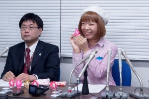 「まんこちゃん」を並べ保釈会見に臨むろくでなし子さん(右)。(撮影/本誌取材班)