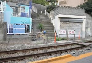 七里ヶ浜駅付近の線路横断路には警告灯(中央)をつけるのみの対策が施されている。(撮影/渡部睦美)