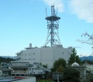 健康被害を多発させている小林市内のドコモ基地局。電磁波の影響が疑われる。(撮影/加藤やすこ)