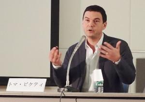 東京・日仏会館で講演するトマ・ピケティ教授。(2015年1月30日、撮影/赤岩友香)