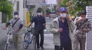 Aさんを自宅近くで尾行する公安。(提供/警察の人権侵害を許さない会・三鷹。2013年9月撮影)