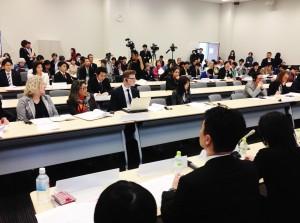 日本における差別の実態について生の声を聞く外国大使館関係者ら。(撮影/片岡伸行)