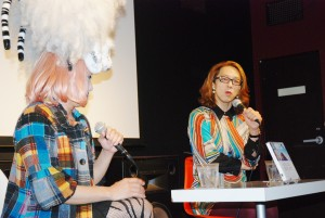 安冨歩さん(右)とヴィヴィアン佐藤さん(4月20日、東京・渋谷にて)。(写真/小林和子)