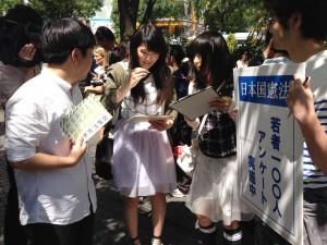 「戦争参加は反対です」。アンケートに答える高校1年女子。(撮影/片岡伸行)