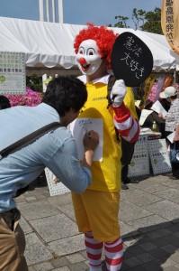 「憲法を守る」ピエロにメッセージを書く参加者。(撮影/山村清二)